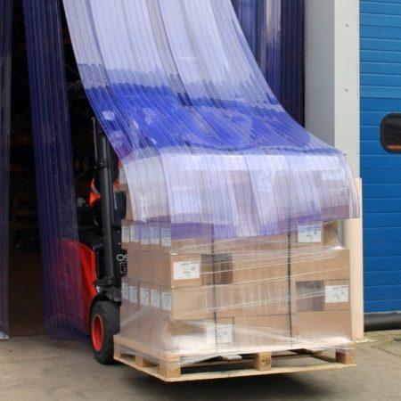 Wózek z paletą towaru przejeżdza przez kurtynyę z pasów żebrowanych