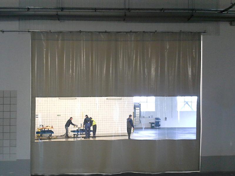 Kurtyna plandekowa z oknem zamontowana na systemie przesuwnym
