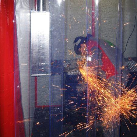 Kurtyna przemysłowa przy stanowisku cięcia metalu