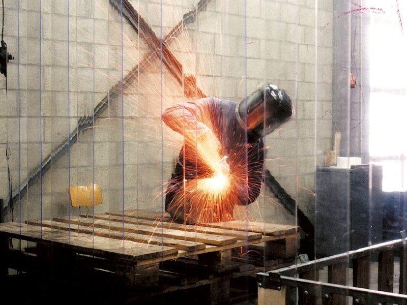 Kurtyny przemysłowe ograniczają hałas i zatrzymują iskry, mogą być stosowane jako osłony na stanowiskach cięcia