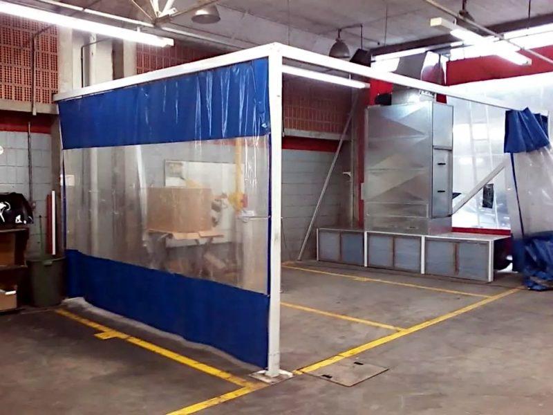Kurtyna plandekowa z oknem zamocowna na konstrukcji nośnej