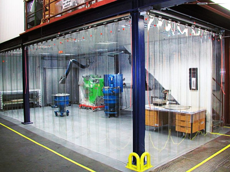 Kurtyny przemysłowe do oddzielania stanowisk roboczych w hali w celu ograniczenia zapylenia