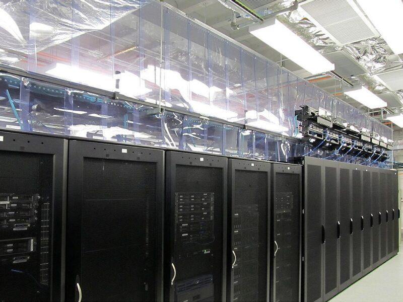 Osłony w data center wykonane z kurtyn antystatycznych