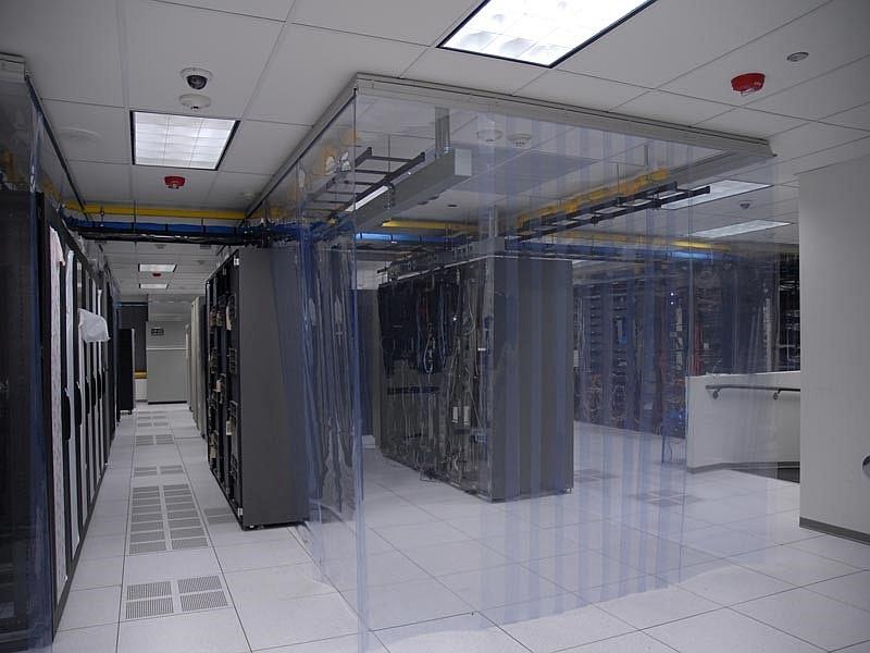 Kurtyny paskowe antystatyczne zamontowane w serwerowni