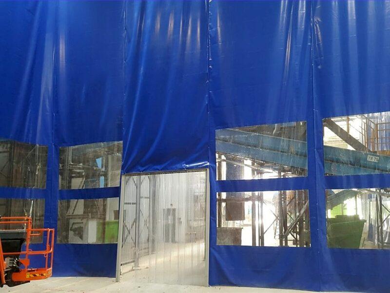 Kurtyna plandekowa z oknami jako ściana oddzielająca dwie części hali