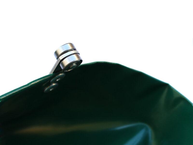 Kurtyna plandekowa z przymocowaną rolką do systemu przesuwnego